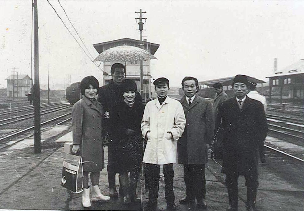 14歳に母を亡くし、中学卒業後、北海道から単身上京する。(15歳)